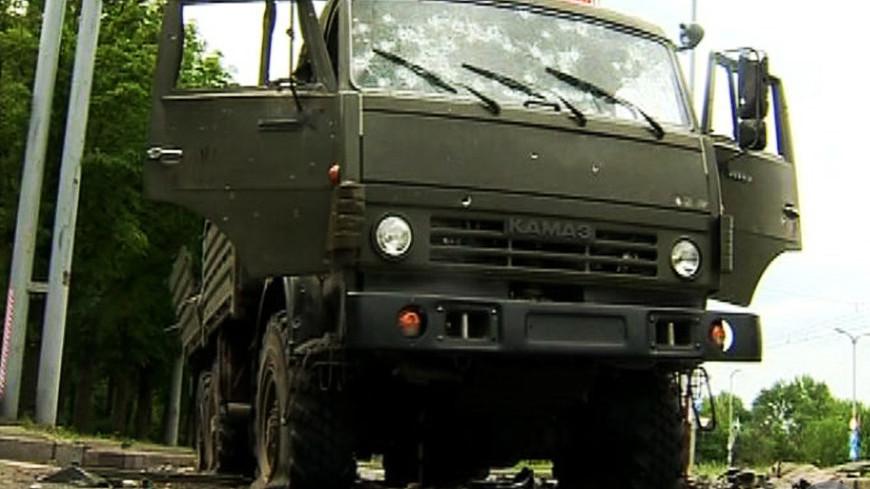 """Скриншот:  """"«Мир24»"""":http://mir24.tv/, камаз, кризис на украине, разбитое стекло, оружие пули, следы от пуль"""