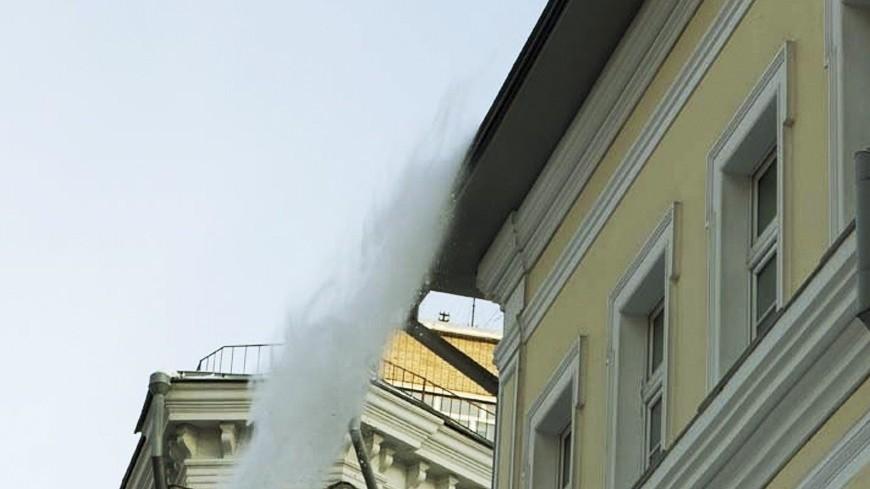 "© Фото: ""Алан Кациев, «Мир 24»"":http://mir24.tv/, снег с крыши, зима, снег, крыша"