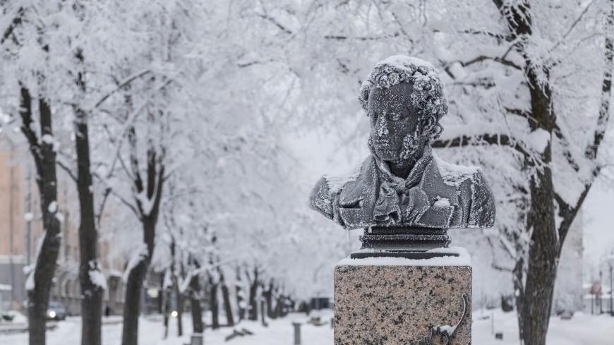 "Фото: Пётр Королёв (МТРК «Мир») ""«Мир 24»"":http://mir24.tv/, пушкин, нарва, зимняя нарва, город, зимний город, снег, все в снегу, памятник, памятник пушкину"