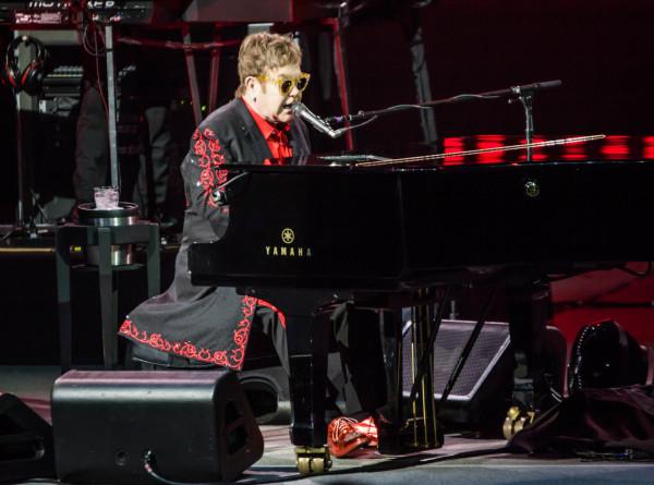 Элтон Джон, Билли Айлиш и другие музыканты провели онлайн-концерт