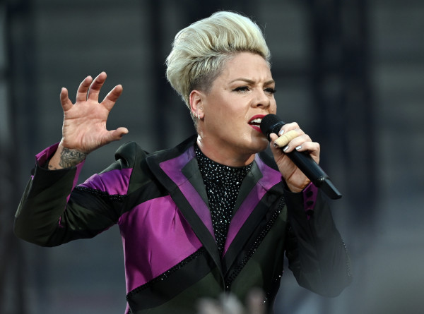 Певица Пинк призвала фанатов стричься дома и показала новую прическу