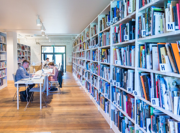 Разговорные клубы, перформансы и спектакли: что такое современная библиотека?