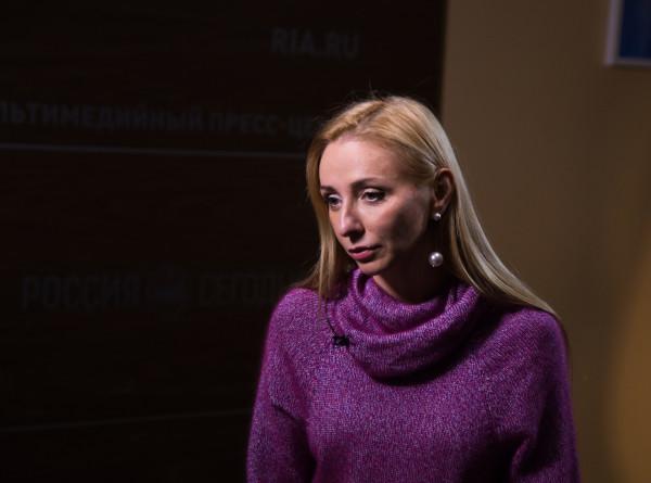 Татьяна Навка и Дмитрий Песков посадили черешню на своей даче