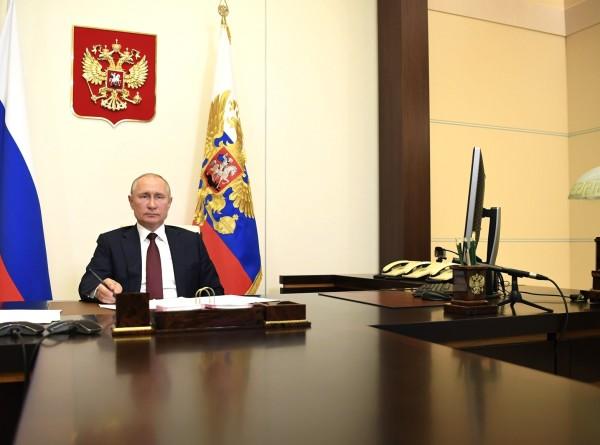 Путин бросил ручку во время обсуждения ситуации с паводками в России
