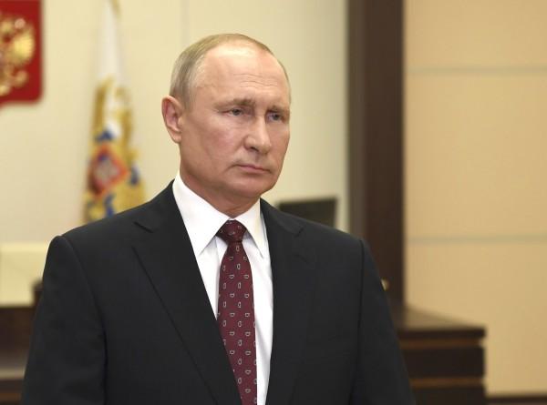 Путин поздравил выпускников военных вузов с Днем Победы