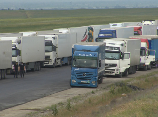 Сотни грузовых автомобилей застряли в пробке на азербайджано-российской границе