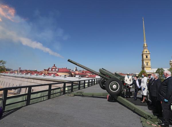 Песни и полуденный залп: имениннику Петербургу устроили онлайн-праздник