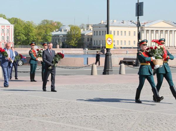В день рождения Петербурга праздничный залп с Петропавловской крепости произвели врачи