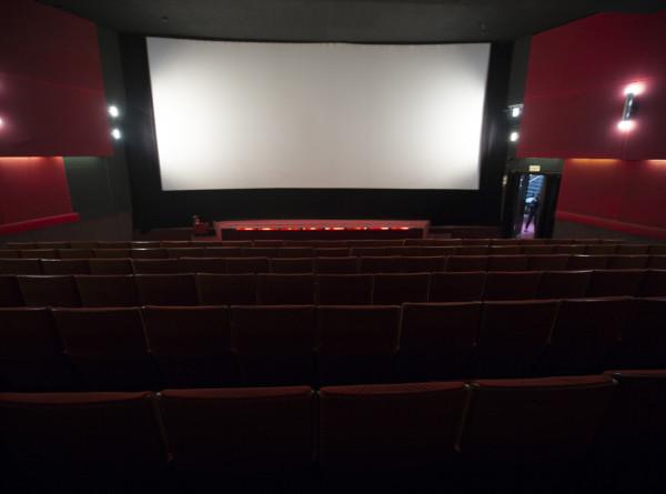Кино в маске, попкорн – через автоматы: кинотеатры в России будут работать по новым правилам