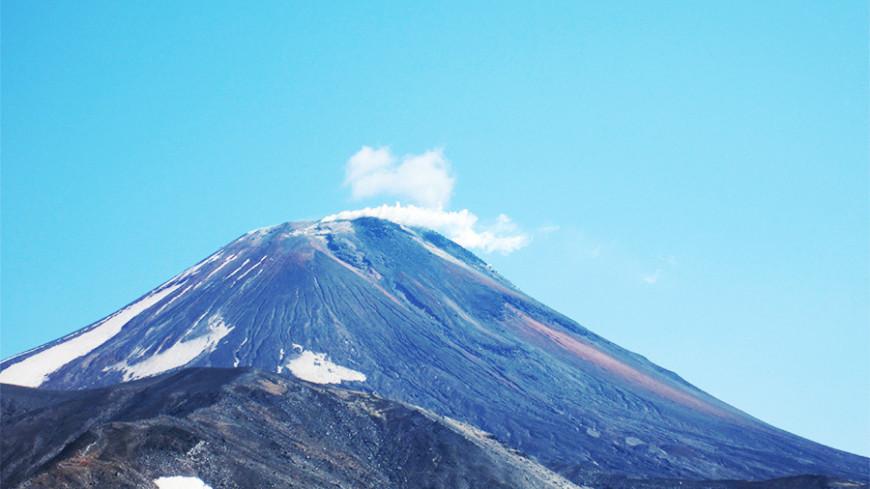 На Камчатке Ключевской вулкан выбросил столб пепла