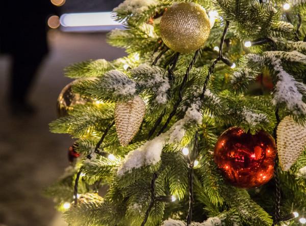 Новый год в СНГ: в Казахстане скупают подарки, в Молдове устанавливают 20-метровую ель
