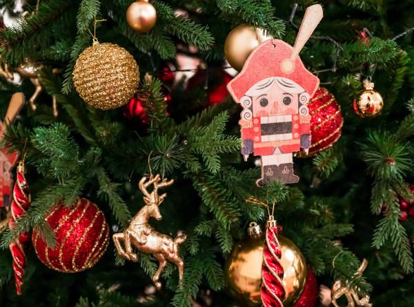 На елку в центре Кишинева повесили тысячи игрушек и гирлянды длиной в километр