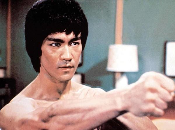 Отжимания на одном пальце и «опережающий кулак»: феноменальные способности Брюса Ли (ФОТО)