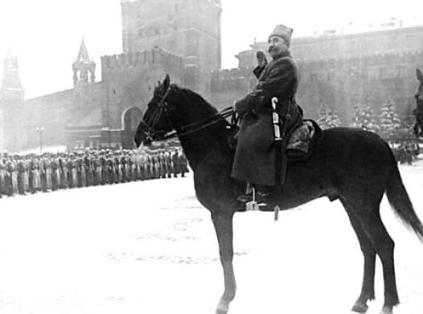 «Под знаменем Ленина – вперед к победе!»: уникальные кадры с парада 7 ноября 1941 года. ФОТО