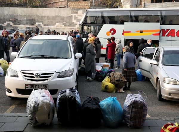 Возвращение к миру: люди едут в Степанакерт целыми семьями