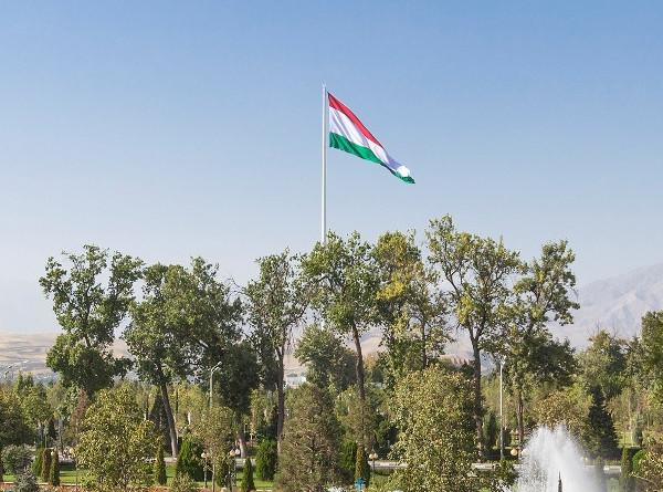 Эмомали Рахмон поздравил граждан Таджикистана с Днем государственного флага