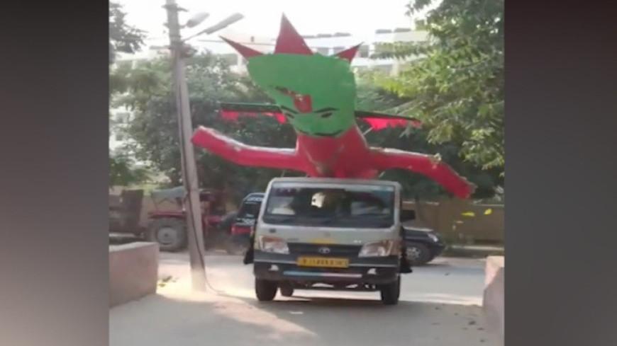 Полицейские в Индии отобрали у жителей бумажное чучело злого демона