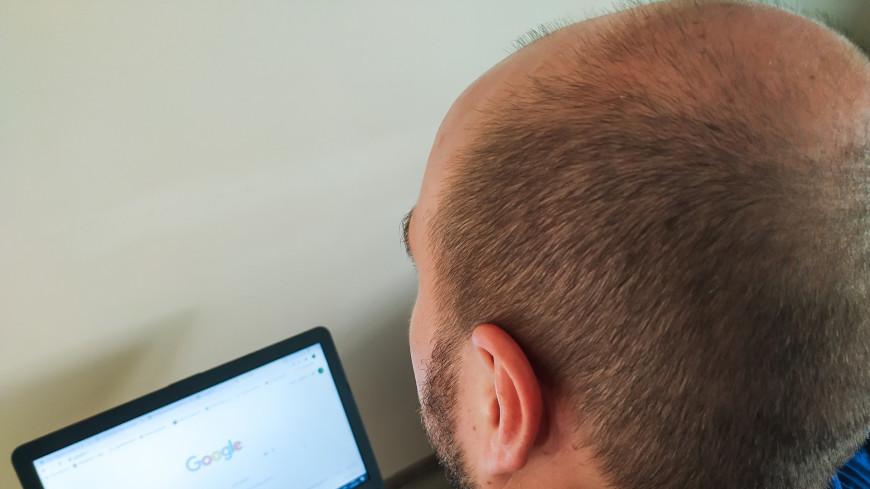 самоизоляция, карантин, удаленная работа, фриланс, работа на дому, интернет, ноутбук, эпидемия, пандемия, работа, компьютер, заработок, фрилансер, самозанятый. браузер, сайт, гугл, google, мужчина, возраст, волосы, лысина, трихолог, алопеция,