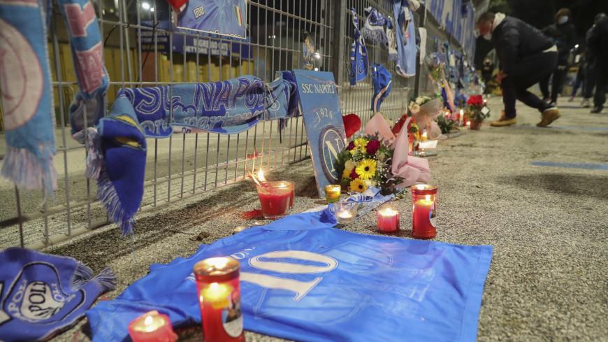Цветы и футбольный мяч принесли к посольству Аргентины в Москве в знак скорби о Марадоне