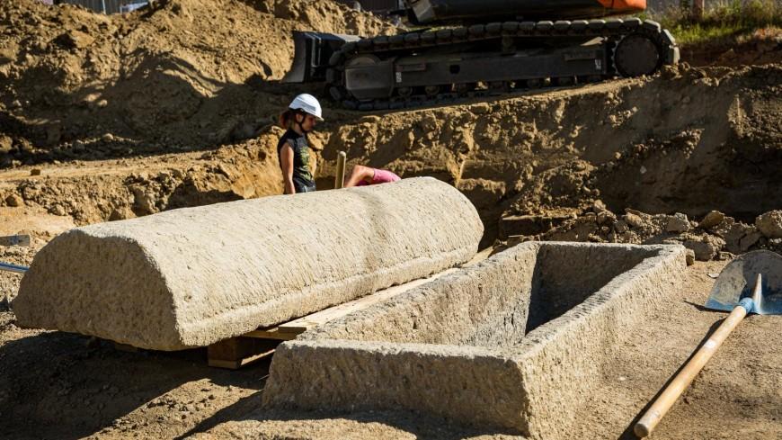 Во Франции раскопали старинные саркофаги с загадочными знаками