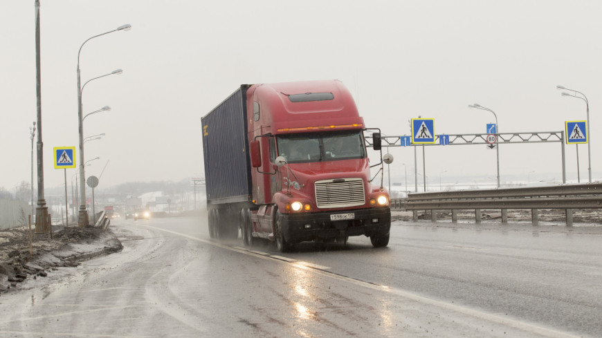 Грузовая автомашина с длинным закрытым кузовом для различных перевозок на дальние расстояния или фура.,грузовик, фура, грузовой автомобиль, ,грузовик, фура, грузовой автомобиль,