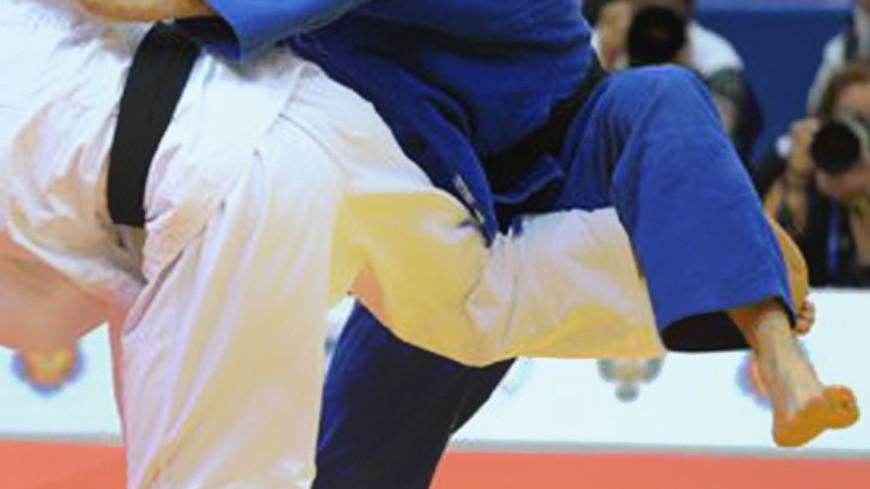 «Уважение и нравственность»: казахский борец вынес травмированного соперника на руках