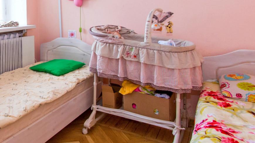 """Фото: Максим Кулачков (МТРК «Мир») """"«Мир 24»"""":http://mir24.tv/, кроватка, дом для мамы, комната, кровать, детская"""