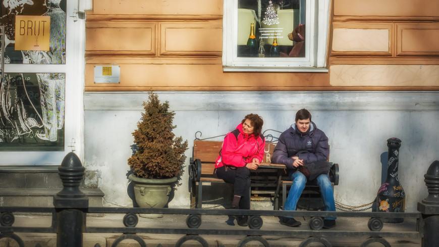 Мужчина и женщина греются на солнце,весна, мужчина, женщина, пара, скамейка, солнце, ,весна, мужчина, женщина, пара, скамейка, солнце,
