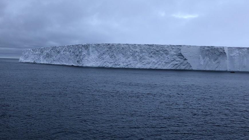 Крупнейший в мире айсберг движется к британской территории
