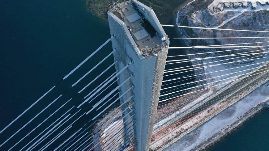 С моста на острове Русский во Владивостоке сняли почти 900 тонн льда