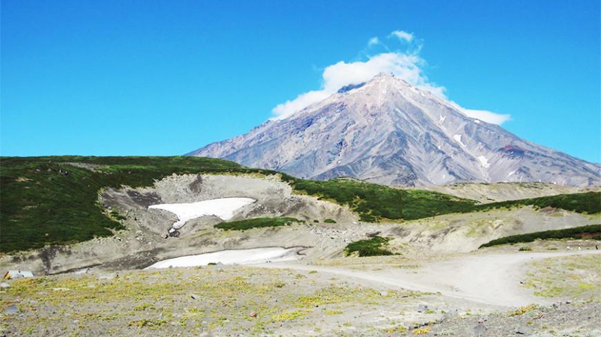 Вулкан Карымский на Камчатке выбросил столб дыма на пять километров