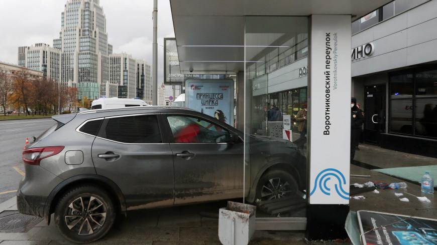 В центре Москвы легковушка врезалась в остановку общественного транспорта