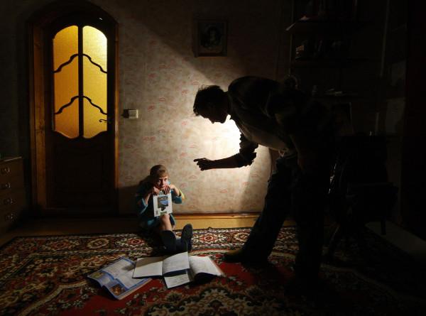 Требовательная мама и строгий папа: из-за чего дети начинают заикаться и как избавиться от недуга?