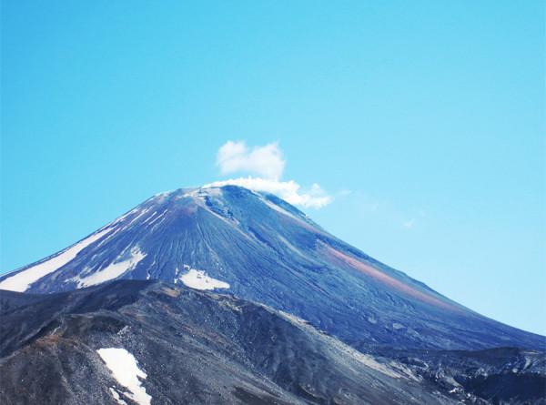 Вулкан Безымянный на Камчатке выбросил столб пепла