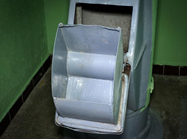 В Новосибирске из мусоропровода вытащили мужчину, который пытался достать паспорт