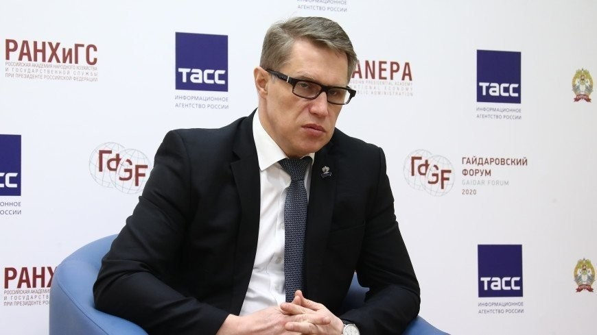 Мурашко призвал россиян ограничить контакты до вакцинации от коронавируса