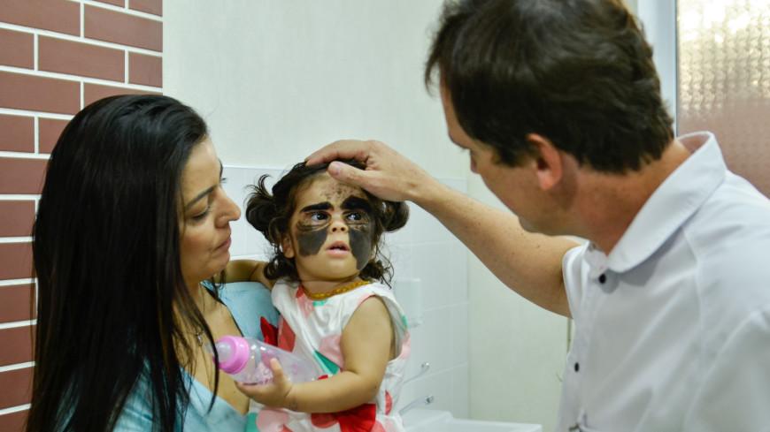 Мама девочки с «пятном Бэтмена» опубликовала фото дочери после операции