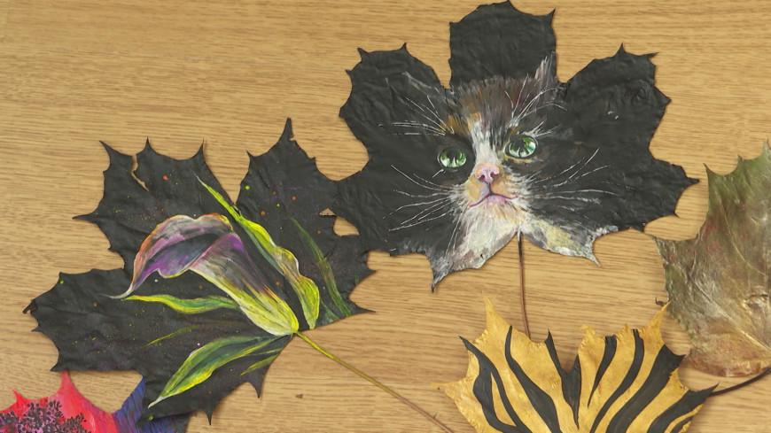 Осеннее вдохновение: жительница Ленобласти создает картины на кленовых листьях