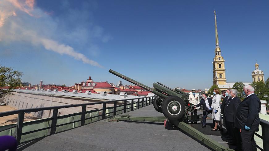 Российских учителей поздравили выстрелом из пушки Петропавловской крепости
