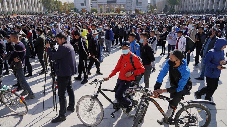 Силовики и митингующие пострадали во время акции протеста в Бишкеке