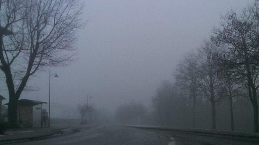 Не разглядеть дворы и соседние дома: в Сеть попали кадры густого тумана в Челябинске (ВИДЕО)