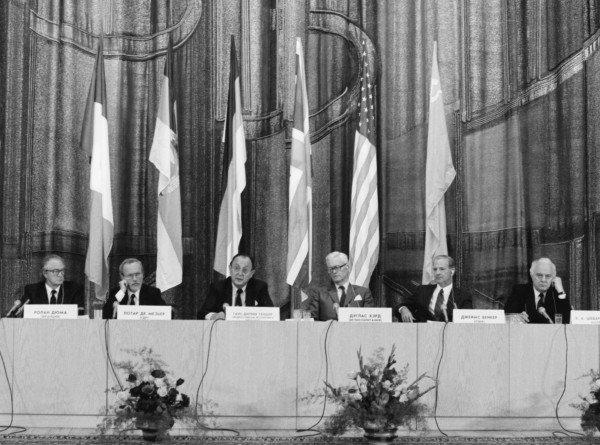 «Берлинская стена как символ разделения мира»: почему Горбачев продал страну по цене бутерброда?