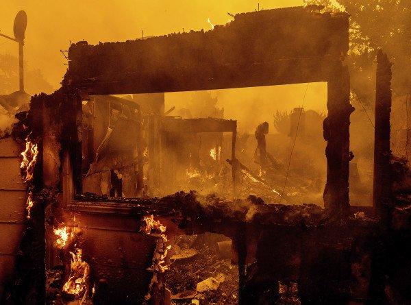 Города превратились в призраки: в Калифорнии пять тысяч человек покинули свои дома из-за пожаров