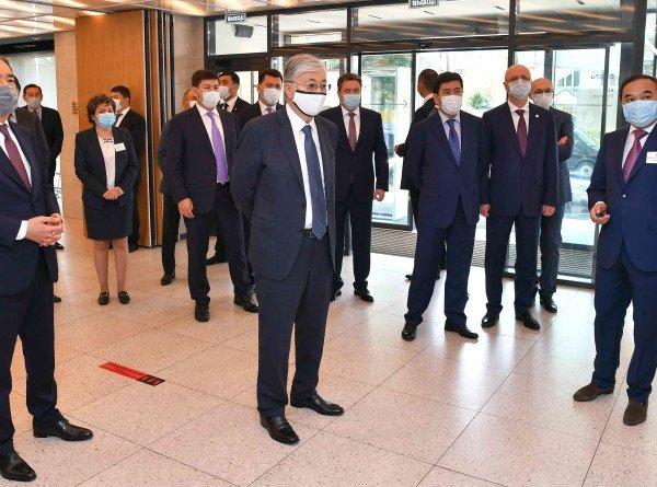 Индустриальный город: Токаев посетил завод по производству автомобилей в Алматы