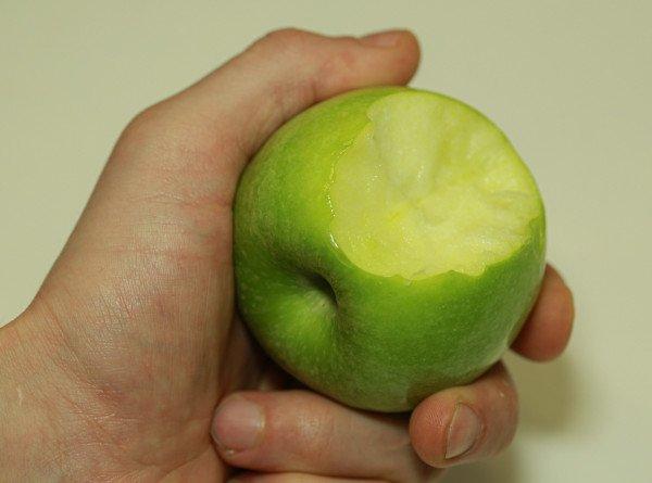 «Возможно обострение гастрита и панкреатита»: врач рассказал о вреде яблок