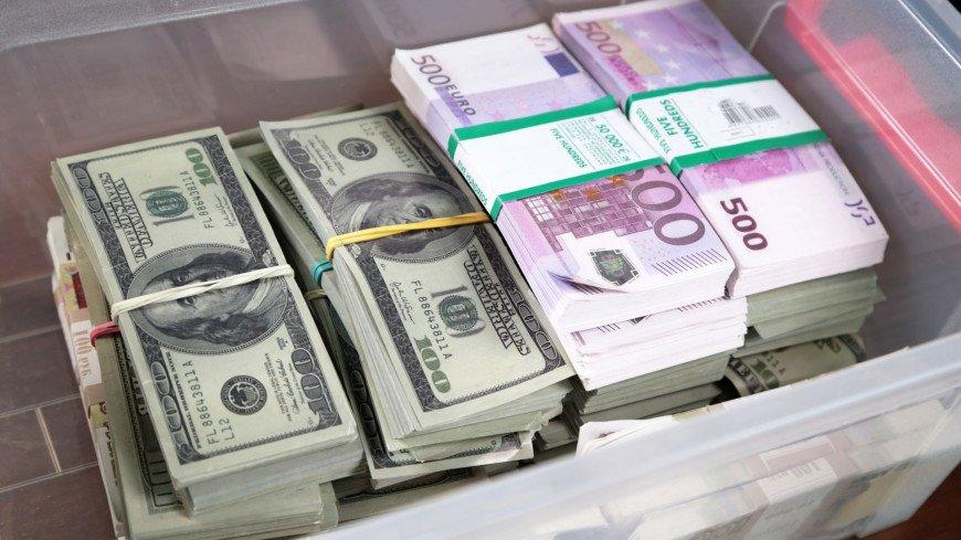 Доллар впервые поднялся выше 77 рублей с конца апреля