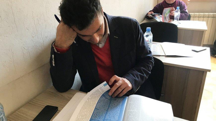 В Тбилиси пишут тотальный диктант. Три аудитории под участников диктанта. Студенты, преподаватели, знатоки великого и могучего, новички, которые только приступили к изучению языка межнационального общения. Пришли и туристы, которые в эти дни оказались в Тбилиси и решили проверить свои знания. Самому старшему участнику 71 год, самому младшему- 17