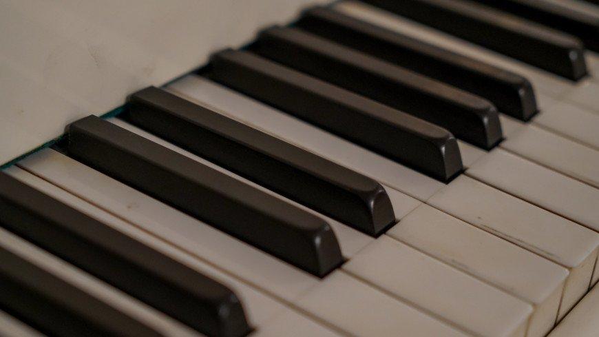 Отыграв без остановки 42 часа, пианист из Петербурга замахнулся на новый рекорд