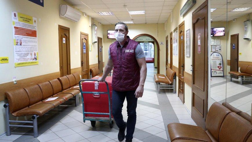 Вакцину от коронавируса развезли по московским поликлиникам
