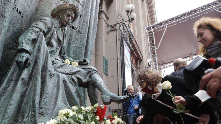 Памятник Евгению Вахтангову открыли в центре Москвы